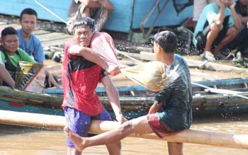 Lomba pukul guling yang digelar masyarakat Kelurahan Puruk Cahu saat memeriahkan Hari Raya Idul Fitri.