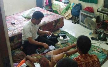 Proses khitan warga Kota Puruk Cahu, Kabupaten Murung Raya.