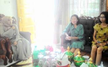 Ketua Panitia Khusus (Pansus) III DPRD Kota Palangka Raya Anna Agustina Elsye (tengah) saat silaturahim ke rumah jabatan Wakil Ketua DPRD Kota Palangka Raya di hari Lebaran.
