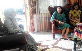Ketua Panitia Khusus (Pansus) III DPRD Kota Palangka Raya Anna Agustina Elsye (tengah) saat bersilaturahim ke rumah jabatan Wakil Ketua DPRD Kota Palangka Raya Ida Ayu Anggraini pada momen Lebaran.