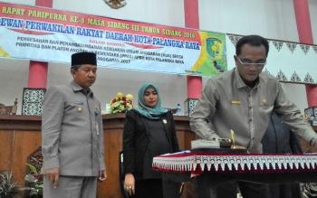 Sigit K Yunianto, ketua DPRD Kota Palangka Raya (depan) saat rapat paripurna tahun lalu.