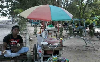Taman Hijau Kasongan ini tiga hari terakhir selalu disesaki warga yang ingin bersantai\r\n