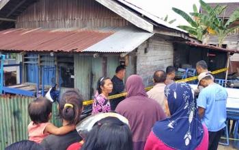 Puluhan warga memadati sekitar kediaman Pawit yang merupakan korban gantung diri, Jumat (30/6/2017) siang