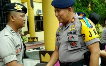 Kapolda Kalteng Brigadir Jenderal Anang Revandoko memberikan ucapan selamat kepada anggota yang naik pangkat, Sabtu (1/7/2017) pagi.