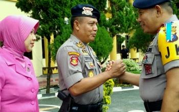 Kapolda Kalteng Brigadir Jenderal Anang Revandoko memberikan ucapan selamat atas kenaikan pangkat dari AKBP menjadi Kombes kepada Direktur Reserse Kriminal Khusus (Direskrimsus), Supriyadi, Sabtu (1/7/2017).
