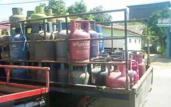 Pikap sarat muatan tabung gas elpiji melintas di Jalan Revolusi, Kasongan, Kabupaten Katingan, Sabtu (1/7/2017).