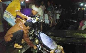 Buruknya infrastruktur jalan titian menuju permukiman penduduk di Kelurahan Raja Seberang, Kecamatan Arut Selatan, Kabupaten Kotawaringin Barat, membuat kawasan itu sering terjadi kecelakaan tunggal.