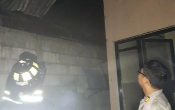 Kapolsek Pahandut AKP Roni mengecek TKP kebakaran di Jalan Pinus.