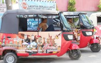 Angkutan bajaj yang lalu lalang di Kota Sampit.