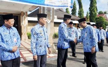 Bupati Barito Utara Nadalsyah, Wakil Bupati Ompie Herby, dan Sekda Jainal Abidin mengikuti halal bihalal dengan para pejabat dan ASN seusai apel gabungan, Senin (3/7/2017).