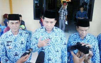 Bupati Barito Utara, H Nadalsyah didampingi Wakil Bupati Drs Ompie Herby dan sekda H Jainal Abidin saat diwawancarai wartawan.