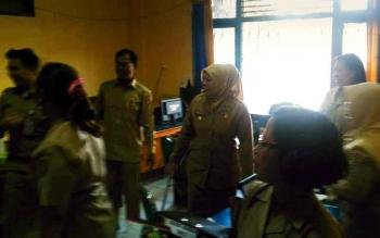 Bupati Kotawaringin Barat Nurhidayah saat sidak di salah satu organisasi perangkat daerah, Senin (3/7/2017).