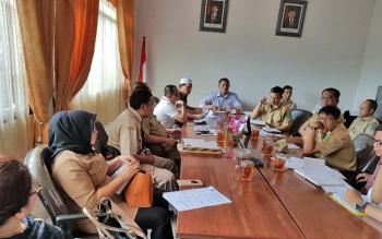 Jajaran Komisi III DPRD Kabupaten Kapuas rapat kerja dengan pegawai Dinas Pekerjaan Umum Penata Ruang Perumahan Kawasan Pemukiman, Senin (3/7/2017).