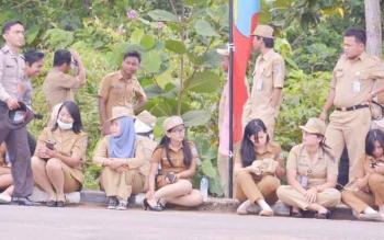 Aktivitas para ASN atau tenaga honor/kontrak di lingkup Pemkab Mura saat berada di halaman kantor bupati