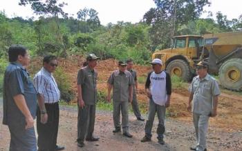 Kalangan DPRD ketika meninjau pekerjaan di ruas jalan penghubung Tewah-Tumbang Miri, Selasa (4/7/2017).