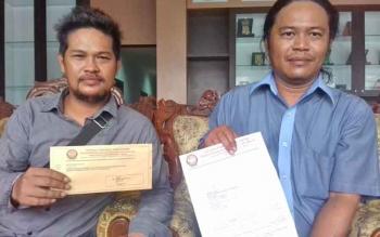 Arsusanto menunjukkan laporannya atas proyek jalan Antang Kalang.