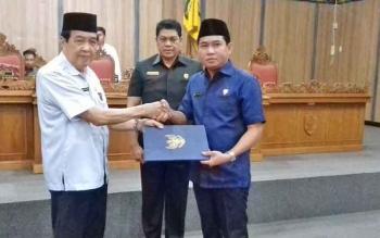 Ketua DPRD Kotim Jhon Krisli menyerahkan empat raperda yang sudah disahkan kepada Wakil Bupati Kotim HM Tufiq Mukri.