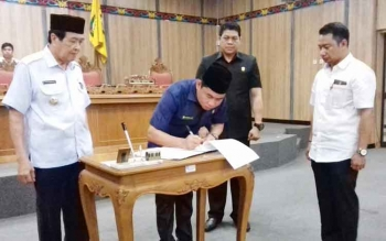 Ketua DPRD Kotim Jhon Krisli menandatangani pengesahan empat buah raperda.