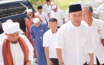 Gubernur Kalteng Sugianto Sabran menyambut KH Arifin Ilham yang tiba di Istana Isen Mulang