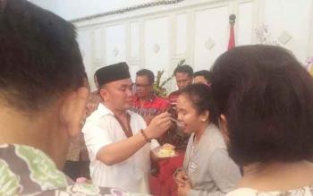 Gubernur Kalteng Sugianto Sabran menyuapi seorang perempuan di sela perayaan hari ulang tahunnya