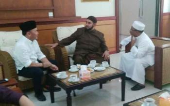 Gubernur Kalteng Sugianto Sabran berbincang dengan Habib Syech dari Solo