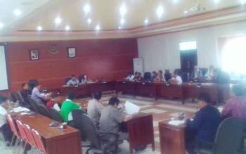Rapat Dengar Pendapat terkait tuntutan ganti rugi tanah dan kebun milik 418 KK di Kecamatan Kapuas Hulu, antara Komisi I dan Komisi II DPRD Kabupaten Kapuas dengan manajemen PT Susantri Permai, Rabu (5/7/2017).