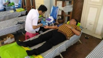 Anggota Dewan Ini Donorkan Darahnya di Istana Isen Mulang