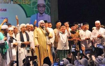 Habib Syech Bin Abdul Qodir Assegaf (pegang mikropon) dari Solo, Jawa Tengah ke Palangka Raya dalam rangka memenuhi undangan syukuran ulang tahun ke-44 Gubernur Kalteng Sugianto Sabran.