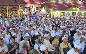 Ribuan umat Islam memadati Lapangan Sanaman Mantike, Kota Palangka Raya untuk mengikuti acara Kalteng Bersholawat, Rabu (6/7/2017) malam