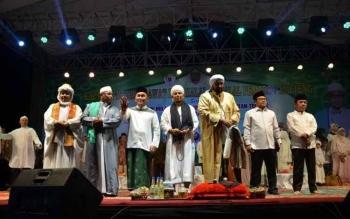 Gubernur Sugianto Sabran bersama Habib Syech saat menghadiri acara Kalteng Bersholawat di Lapangan Sanaman Mantikei, Palangka Raya, Rabu (6/7/2017)