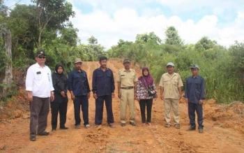 Kepala Desa Jamut Sunar bersama aparatur lainnya serta anggota BPD saat memantau pembukaan badan jalan menghubungkan dari Desa Jamut menuju Desa Trans Liju, Kecamatan Teweh Timur yang di buka oleh Dinas PUPR Barut.