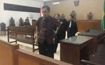 Otjim Supriatna meninggalkan ruang sidang setelah mendengarkan hakim membacakan putusan dalam kasus yang menjeratnya diikuti tim penasehat hukum.