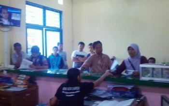 Petugas Disdukcapil Kabupaten Kapuas melayani masyarakat yang hendak membuat e-KTP, Jumat (7/7/2017).