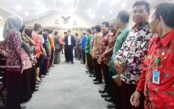 Unsur pimpinan dewan dan Wakil Bupati Kotim menyalami sejumlah pejabat dewan usai paripurna.