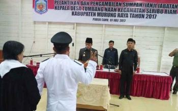 Bupati Mura Perdie M Yoseph saat melantik Kades Tumbang Naan di gedung aula DPMD Mura, Jumat (7/7/2017) sore
