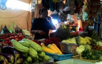 Salah seorang pedagang sayur di Pasar Kahayan, Palangka Raya yang menjual aneka sayur termasuk cabai