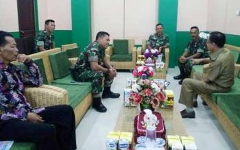 Plt Bupati Katingan Sakariyas saat menyambut rombongan Dandim 1015/Sampit Letkol Inf I Gede Putu Yasa di kantor Sekretariat Daerah, Sabtu (8/7/2017).