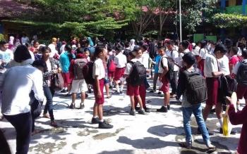 Penerimaan peserta didik baru di salah satu SMP.