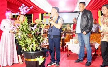 Gubernur Kalteng Sugianto Sabran menerima hadiah bunga anggrek dari seorang warga.