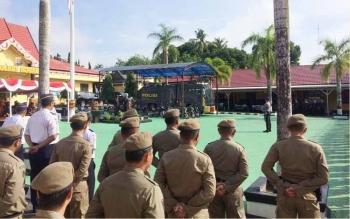 Apel HUT ke 71 Bhayangkara yang digelar di Mapolres Kotawaringin Barat (Kobar), pangkalan Bun, Senin (10/7/2017) Bupati Kobar Nurhidayah bertindak sebagai inspektur upacara.