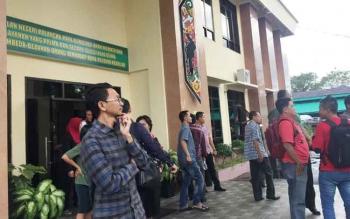 Orang-orang keluar dari gedung Pengadilan Negeri Palangka Raya untuk mengetahui asal suara ledakan, Senin (10/7/2017)