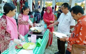 Dua orang peserta lomba cipta menu masak dari salah satu kecamatan saat unjuk kebolehan dalam kegiatan lomba, Senin (10/7/2017).
