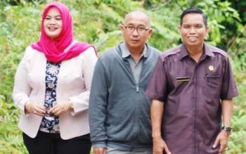 Anggota DPRD Kabupaten Barito Utara Wardatun Nurjamilah, Abri, dan Asran, saat melakukan kunjungan kerja ke salah satu desa, beberapa waktu lalu.