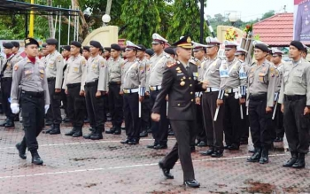 Kapolres Barito Utara AKBP Tato Pamungkas Suyono saat memeriksa kesiapan anggotanya pada upacara HUT ke-71 Bhayangkara, Senin (10/7/2017).