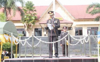Kapolres Lamandau saat membacakan amanat presiden Joko Widodo, saat upacara peringatan HUT Bhayangkara, di Mapolres Lamandau, Senin (10/7/2017)
