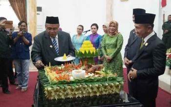Ketua DPRD Kabupaten Sukamara, Eddy Alrusnadi saat mendampingi bupati Sukamara, Ahmad Dirman memotong tumpeng di acara Rapat Paripurna Istimewa DPRD dalam rangka memperingahti HUT Kabupaten Sukamara ke-15.