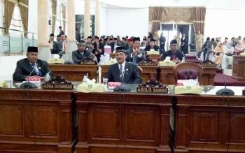 Anggota DPRD Kabupaten Sukamara saat mengikuti Rapat Paripurna Istimewa Massa sidang II tahun sidang 2017 dalam rangka memperingati Hut Kabupaten Sukamara ke-15.