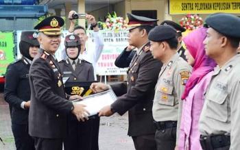 Kapolres Barito Utara AKBP Tato Pamungkas Suyono memberikan penghargaan kepada Kasat reskrim AKP Benito Harleandra, Senin (10/7/2017).