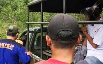 Pelajar yang tertangkap tangan Satpol PP diangkut ke mobil patroli