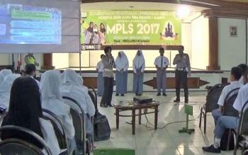 Dua orang anggota Satlantas Polres Kotim saat memberikan pendidikan karakter kepada siswa baru SMAN I Sampit, Selasa (10/7/2017).
